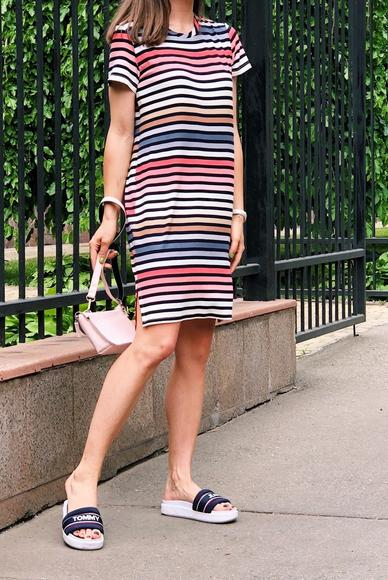 Easy dress in a multi-colored strip