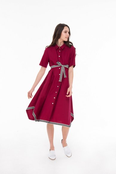 Free-cut crimson dress with belt