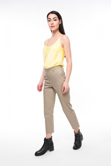 Shortened trousers with high waist